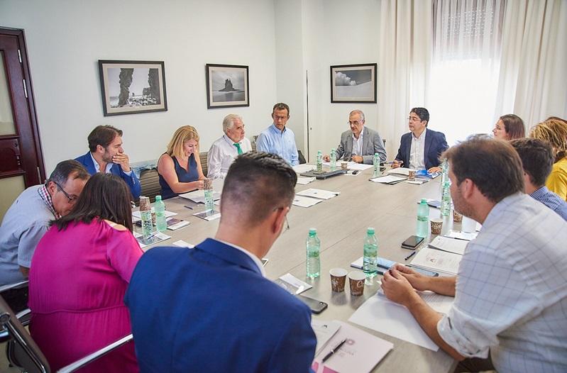 Sesión del Consejo de Administración de Metrotenerife en las instalaciones del Cabildo Insular.