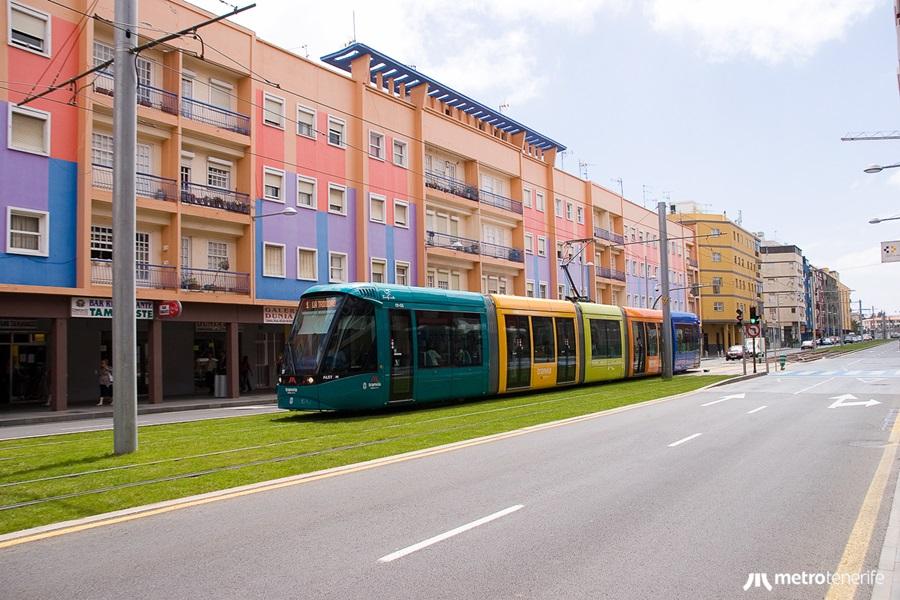Tranvía en circulación por la avenida de La Trinidad, La Laguna.
